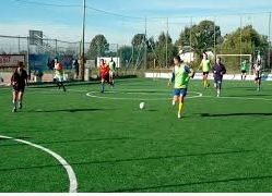 Gli operai giocano a calcio