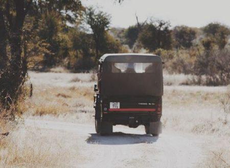 Camionetta dei carabinieri in retromarcia
