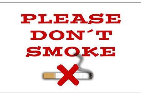 Pacchetto delle sigarette sul pavimento